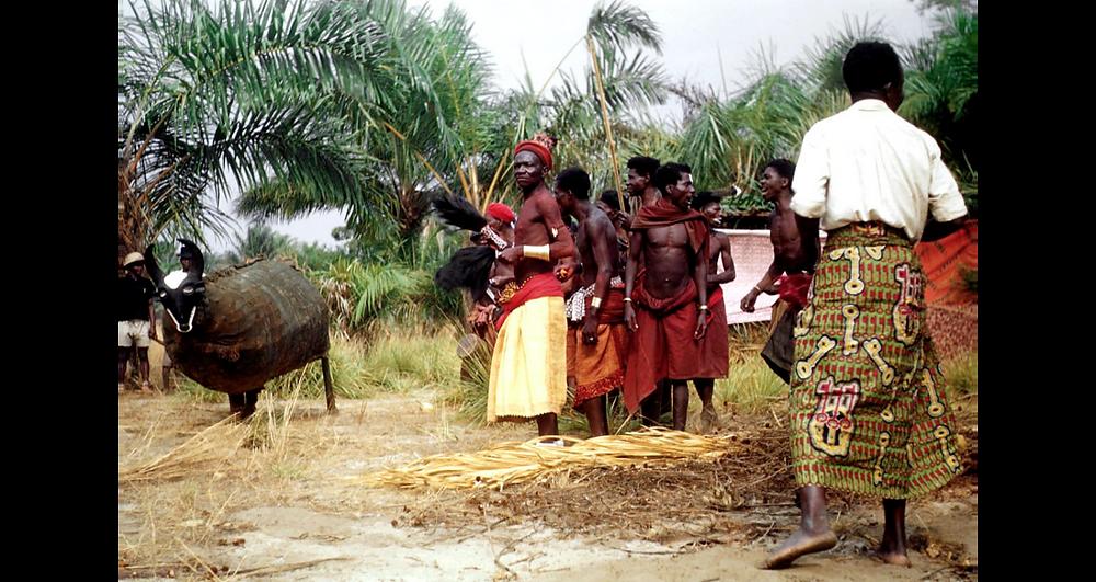 Village Nioka. Masque Pakasa. 1957. Crédit : L. de Sousberghe-SIRIS