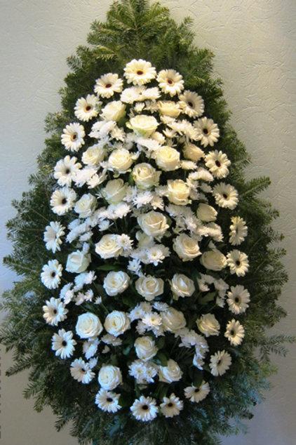 белый ритуальный венок из живых цветов фото
