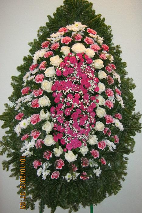 розово-белый венок из живых цветов фото