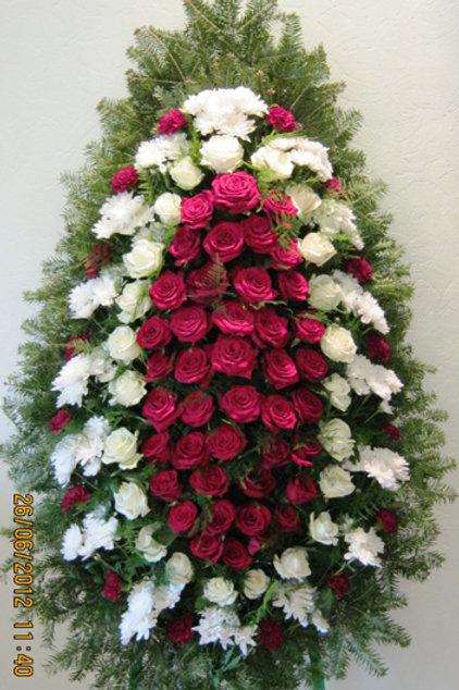 траурный венок из живых цветов бело-красный фото