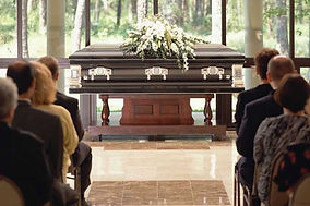 Group-of-people-sitting-at-funeral_optim