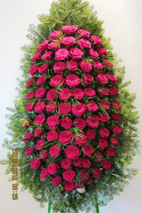 Ритуальный венок из живых цветов фотография