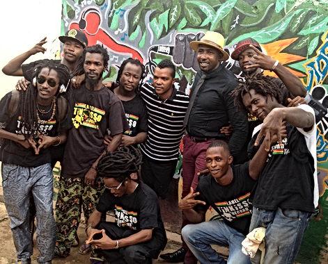 Le PDG du Label Tinkisso Record Mr Hamed Keita et son Staff dans la cour du Studio Tinkisso Record à Lambagny Conakry Guinée