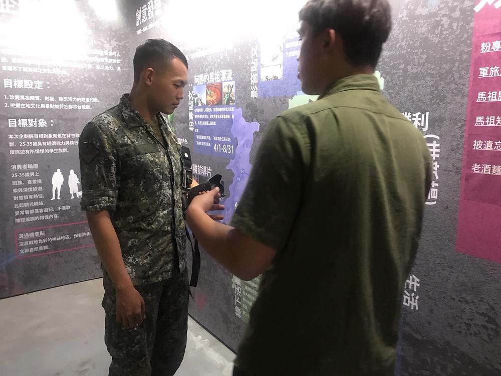 軍校學生到場看展