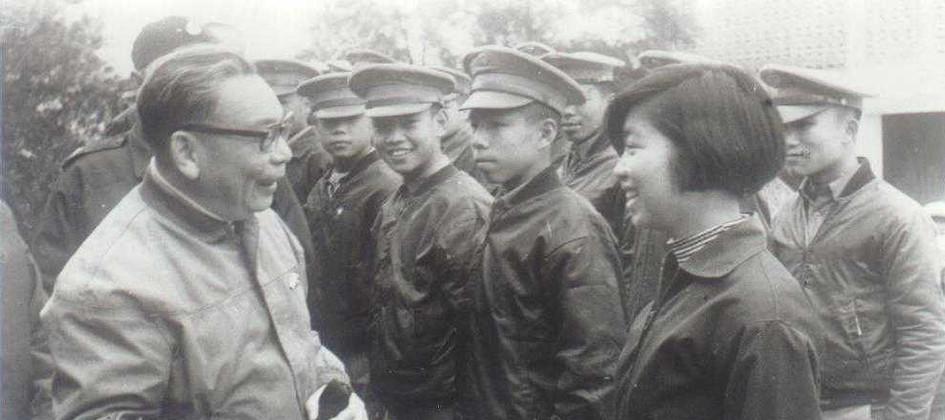 蔣經國與學生交談