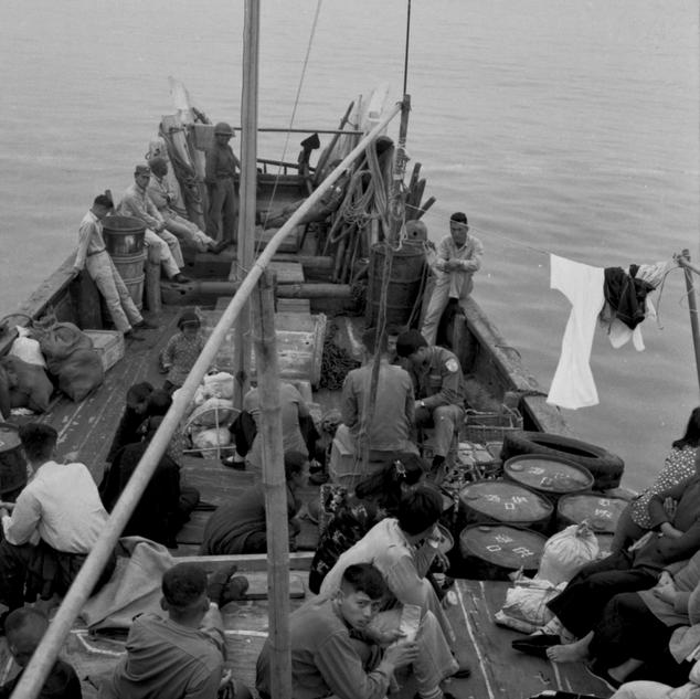 海上行船  軍民同乘補給艦