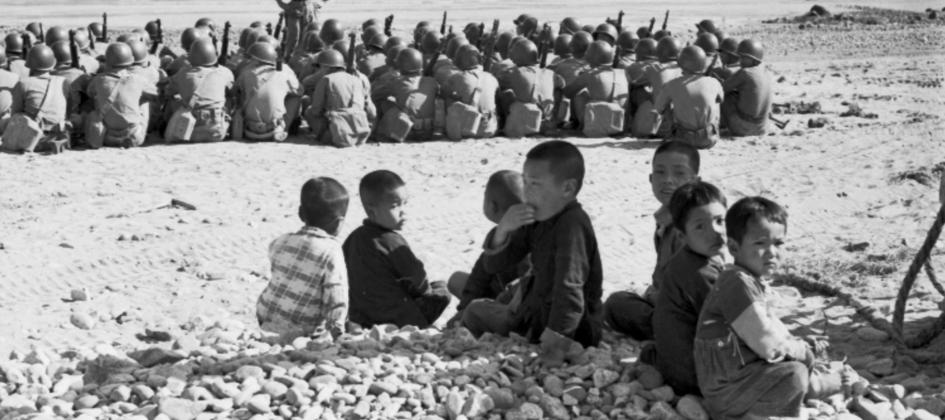 觀看軍事訓練的兒童
