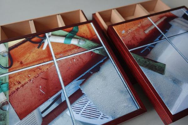 Files on Tiles.  Unika æsker i birkefiner eller mahogni. Tappede hjørner og variable skillerum.  Fotokeramiske kakler indlagt i æskens låg. Alle forskellige.