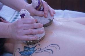 massage aux pochonx d'herbes par Séverine couret