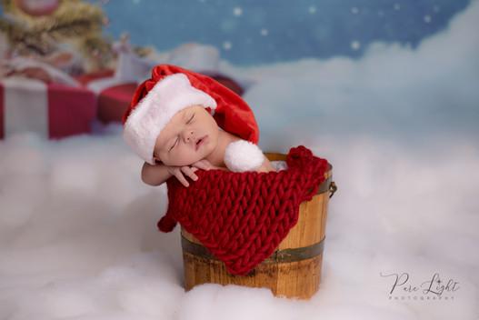 Christmas-session-newborn-with-Santa-hat
