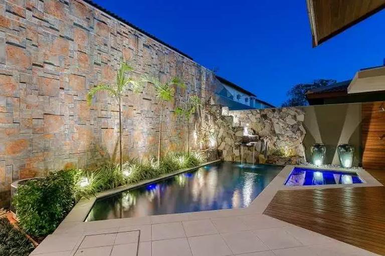 piscina iluminada e com cascata.webp
