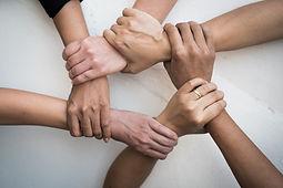 as-pessoas-uniram-as-maos-juntas-no-trab