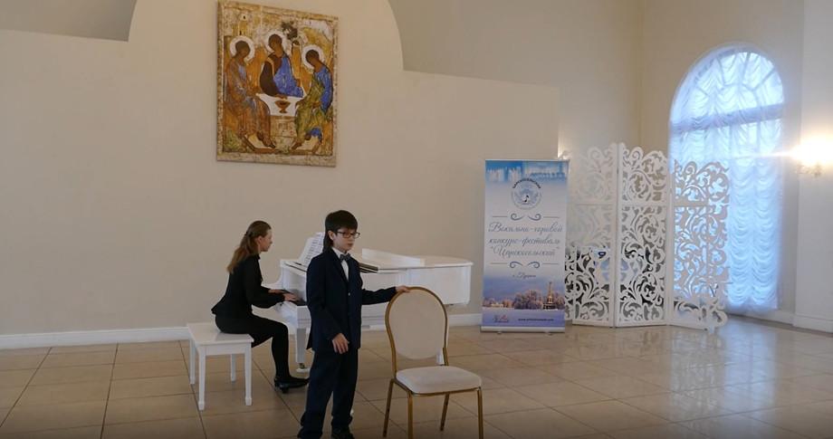 Антон выступает на музыкальном конкурсе