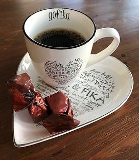 Kaffe och choklad i och på fint och talande porslin