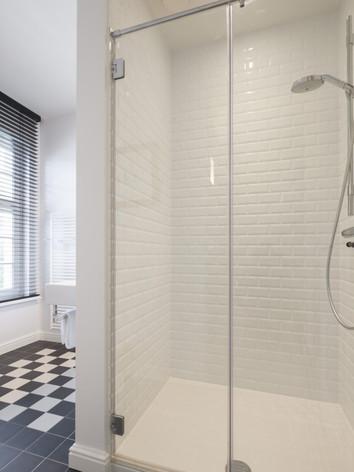 Gebruik van verschillende materialen in badkamer