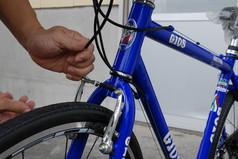 クロスバイクの前輪を取り付けよう