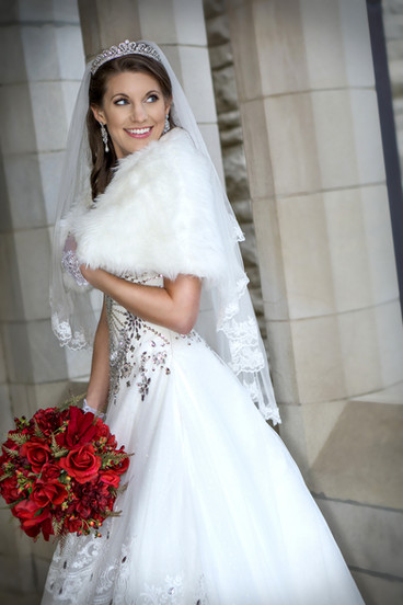 Bride-wearing-Furs-with-red-bouquet