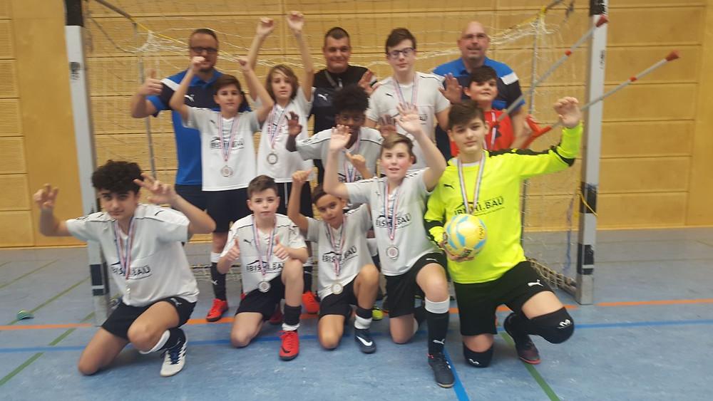 Unsere D1 (Jahrgang 2005) belegte beim Finale der Hallenkreismeisterschaften einen überragenden 2.Platz.Das Team hat die Qualifikation für die Finalrunde mit 6 Siegen und einem unentschieden mit 16 Punkten erreicht.Im Finale kamen die Jungs auf einen 2 Platz und gelangen so in das Halbfinale.Dort wurde Schwetzingen mit 3.0 geschlagen.Im Finale gegen die TSG Weinheim stand es nach der regulären Spielzeit 0:0 .Im 7m Schießen unterlag man dann unglücklich mit 3:1.Insgesamt waren bei den Hallenkreismeisterschften (Futsal) 7 Gruppen mit insgesamt 60 Mannschaften aus dem Kreis Mannheim  am Start.