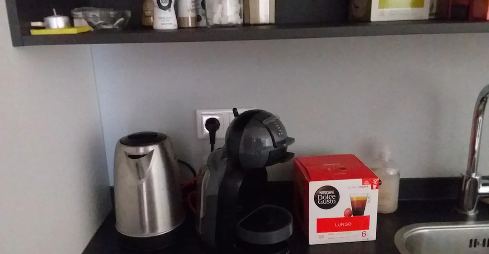 Bij aankomst is er wat koffie, thee, suiker, koffiemelk, e d. aanwezig