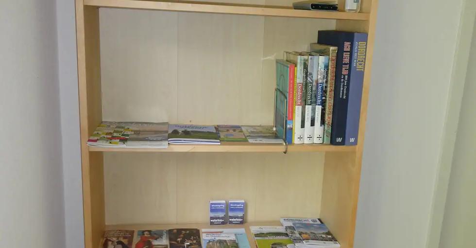 Boekenkast met informatie over Dordrecht