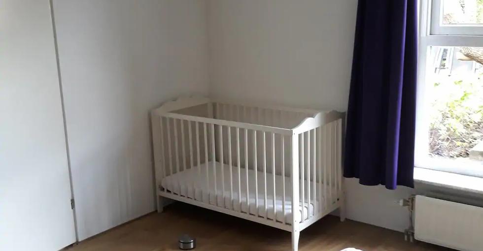 Ledikant beschikbaar op de grote slaapkamer