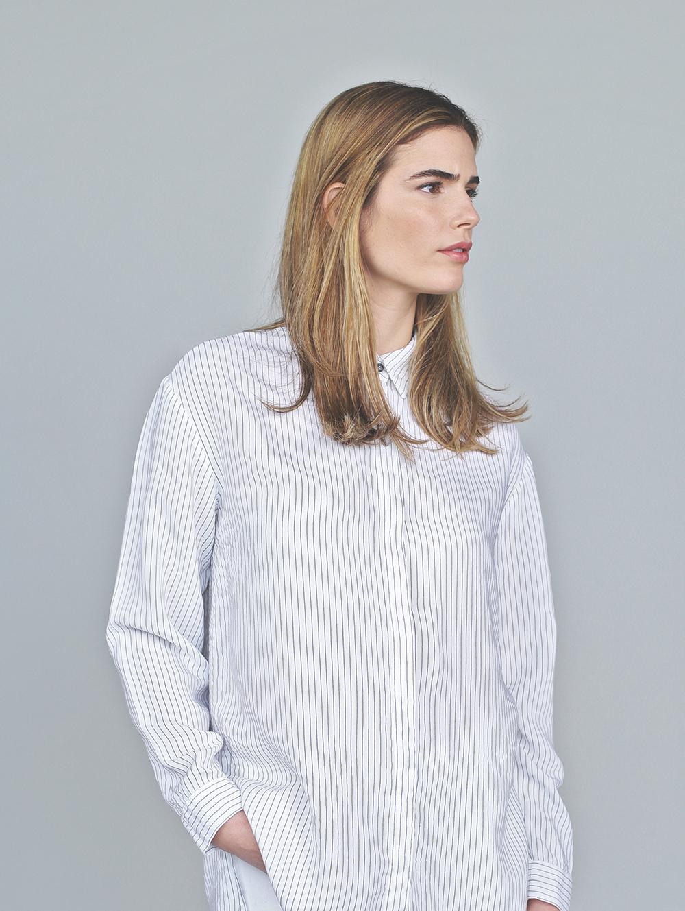 白シャツでモデル