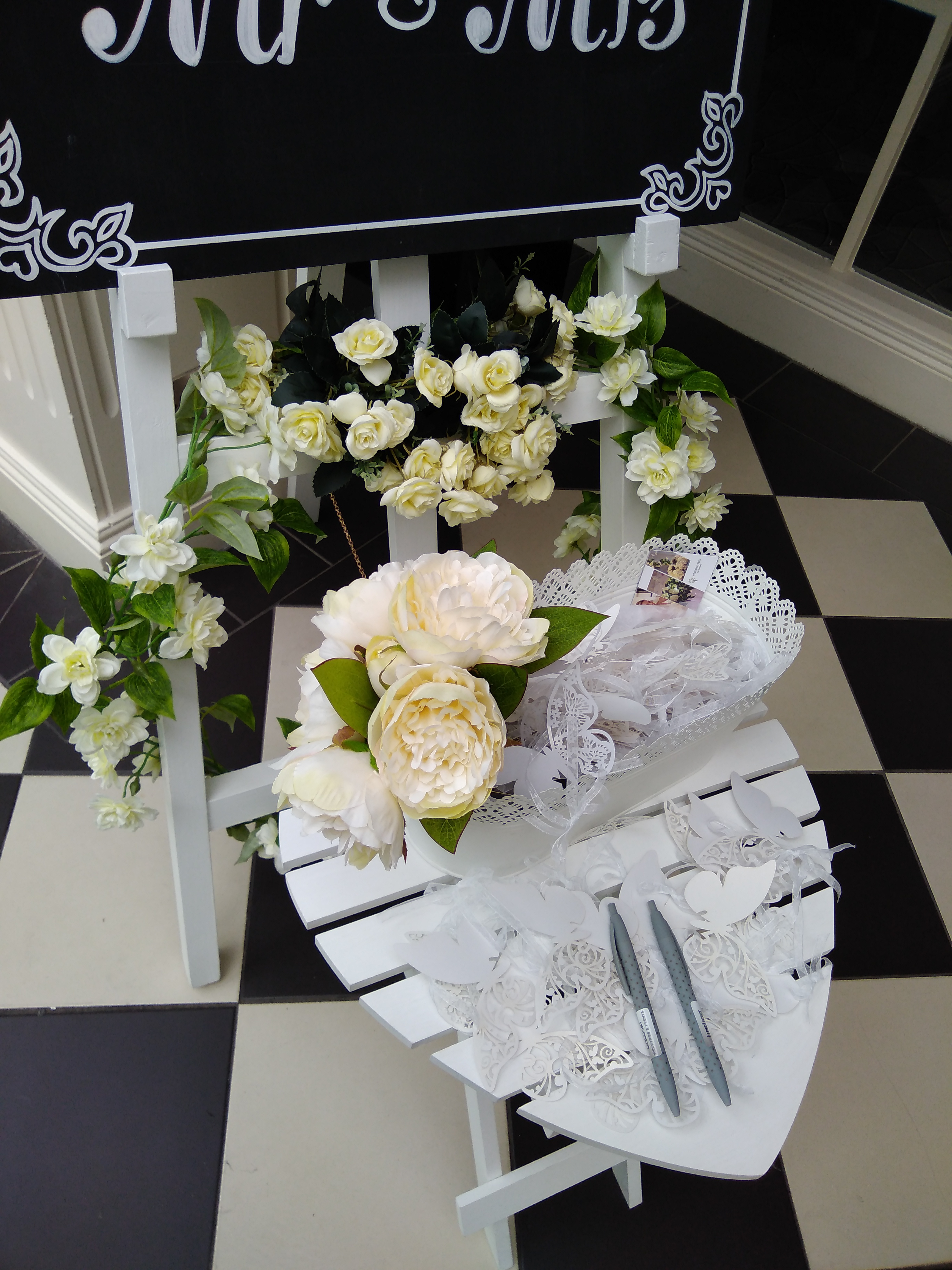 White ring table and flowers