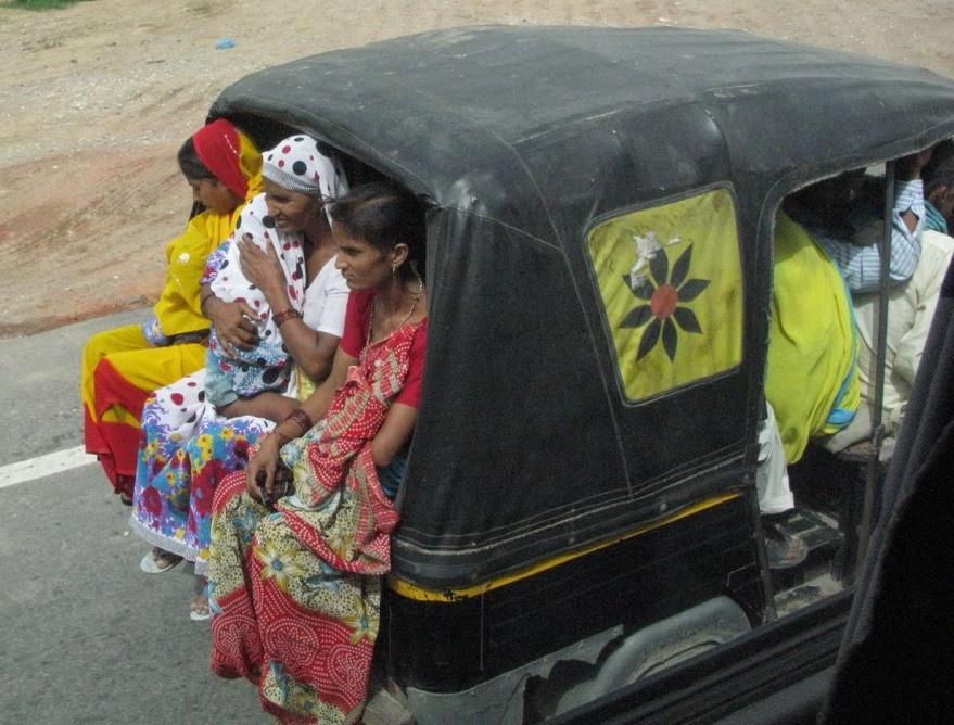 インド・ニューデリーの3輪オートリキシャ。なんと子供入れて12人乗車。日本のバスより乗ってます。.jpg