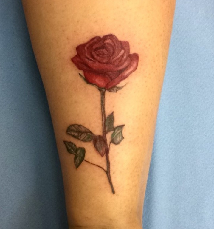 Tatouage rose réaliste - American Body Art