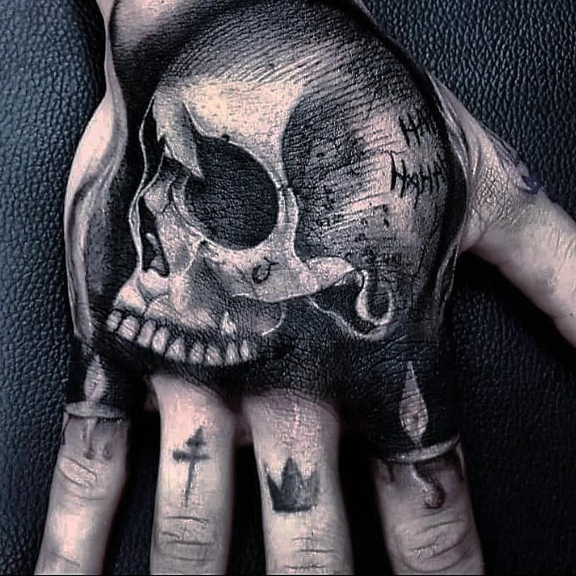 tatouage tete de mort main
