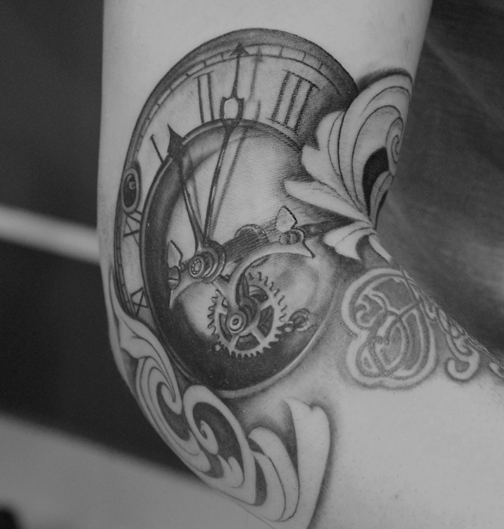 tatouage paris horloge realiste