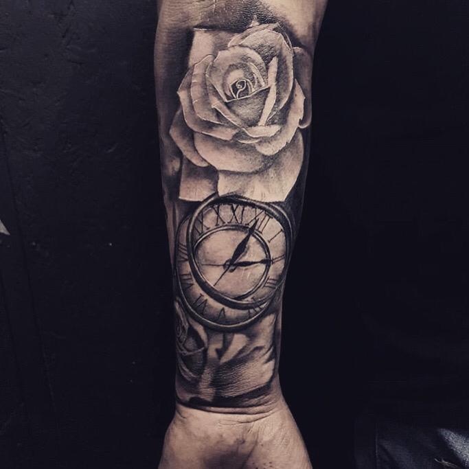 tatouage realiste rose et horloge