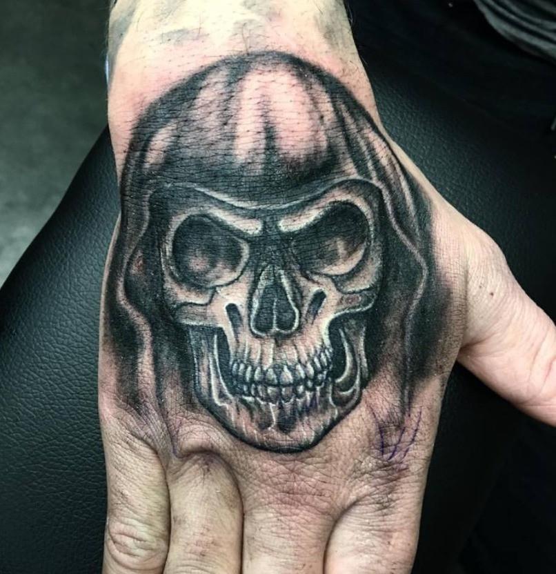 tatouage sur la main magic circus