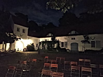 Jagdschloss Hof Bestuhlung abends klein.