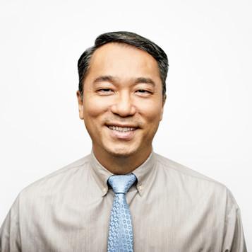 Uomo sorridente con cravatta