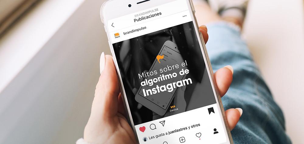 Mujer investigando sobre los mitos sobre el algoritmo de Instagram en 2020
