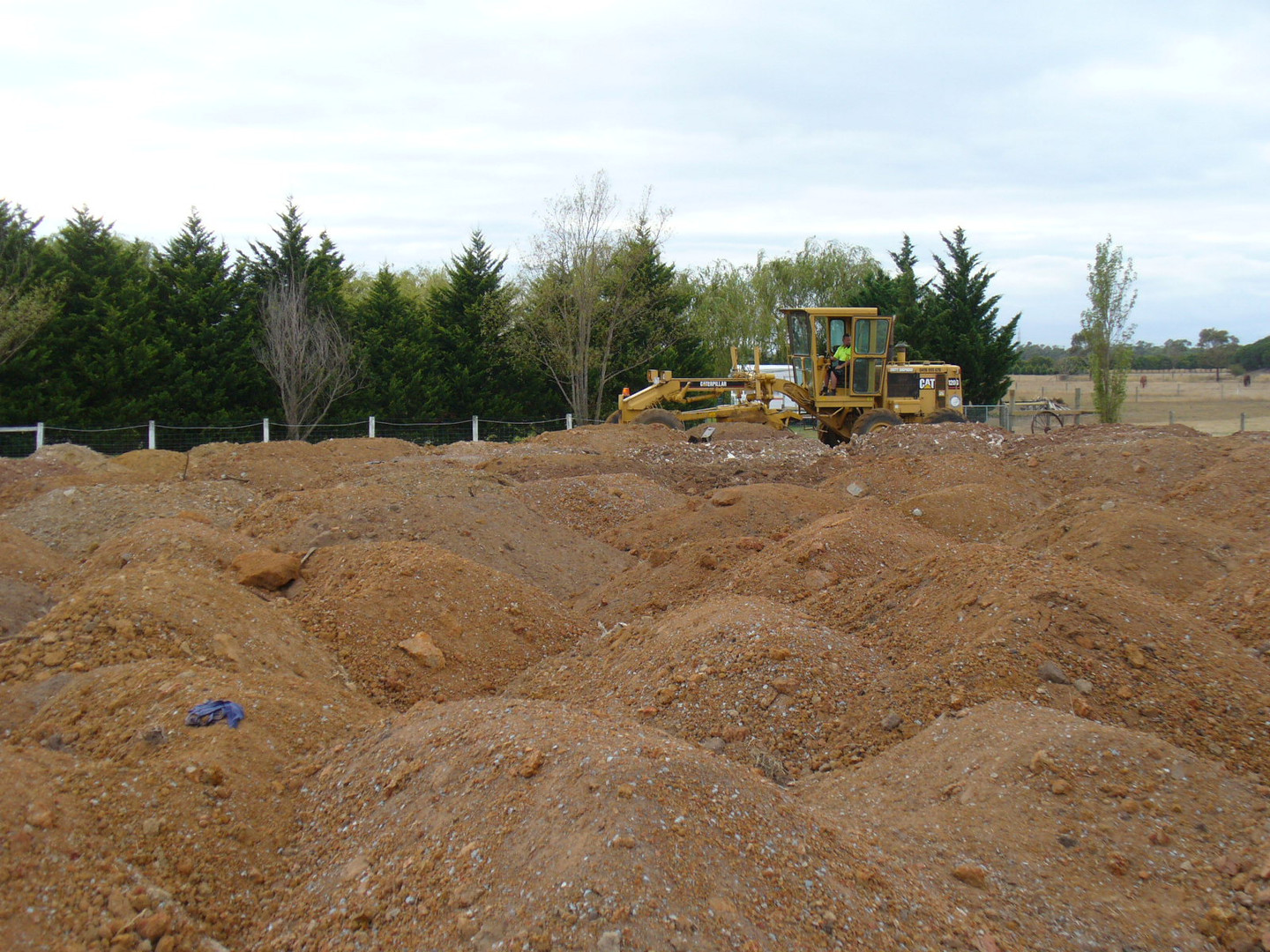 The grader arrives to start work - 1 1/2 days to level and flatten the site with a 300mm fall.