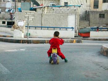 في أي عمر يسمح للطفل التواجد خارج المنزل لوحده؟