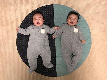 出産祝いに頂いたせんべい座布団。生後8ヶ月の今でも双子仲良くお昼寝してます! また、おっちんの姿勢から倒れても、せんべい座布団の上だと頭が痛くないのか泣かないです(^^) 毎日使用していても中綿のよれはなく、本当に重宝してます。