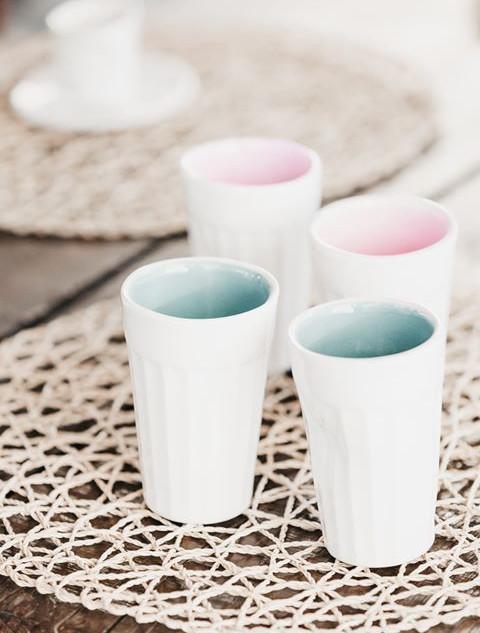 copos de galão azul mar e rosa