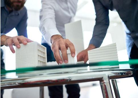 Architekten und Kunden betrachten 3D gedruckte Architekturmodelle