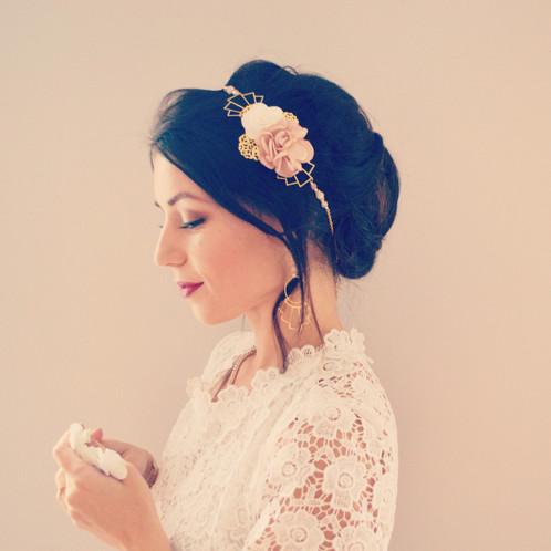 Bijou de cheveux mariage bohème à fleurs rose poudré et blanche , headband  romantique , accessoire de cheveux mariée champêtre , parure Nikkō 日光 .