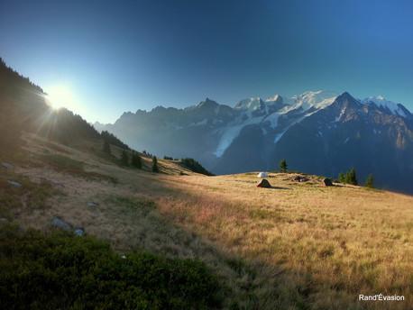 Premiers rayons de soleil sur le campement ! Place au petit dejeuner !