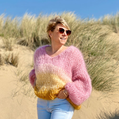V-neck sweater in soft pink with gold ombré