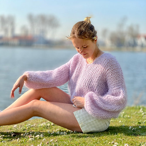Lilac mohair V-neck sweater with pinkborder