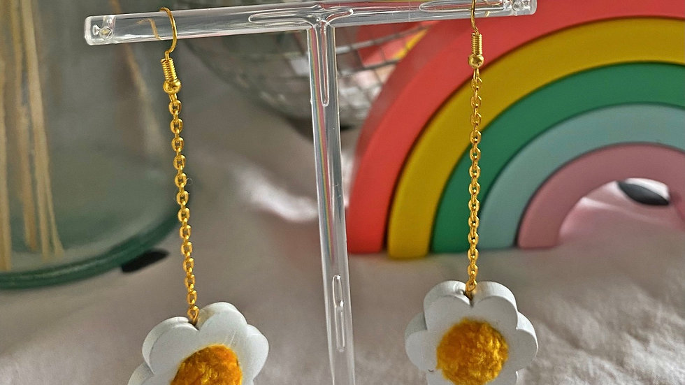 Flower power earrings: white with mustard