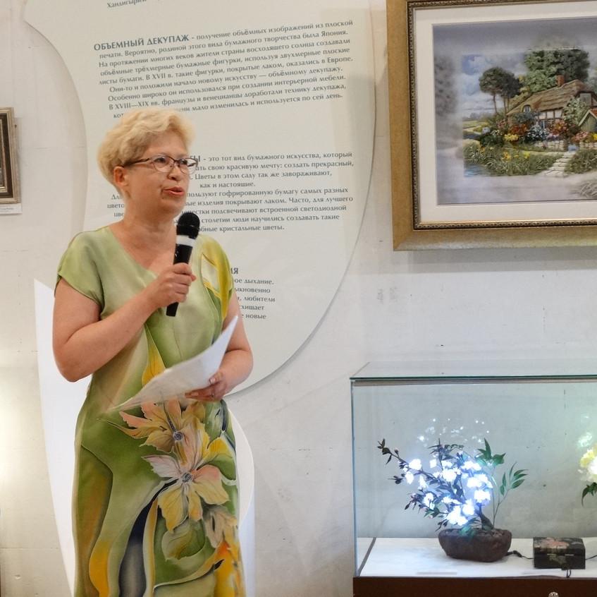 Директор Центра Корейского Бумажного Искусства Татьяна Грибачева с вступительной речью на открытии выставки.