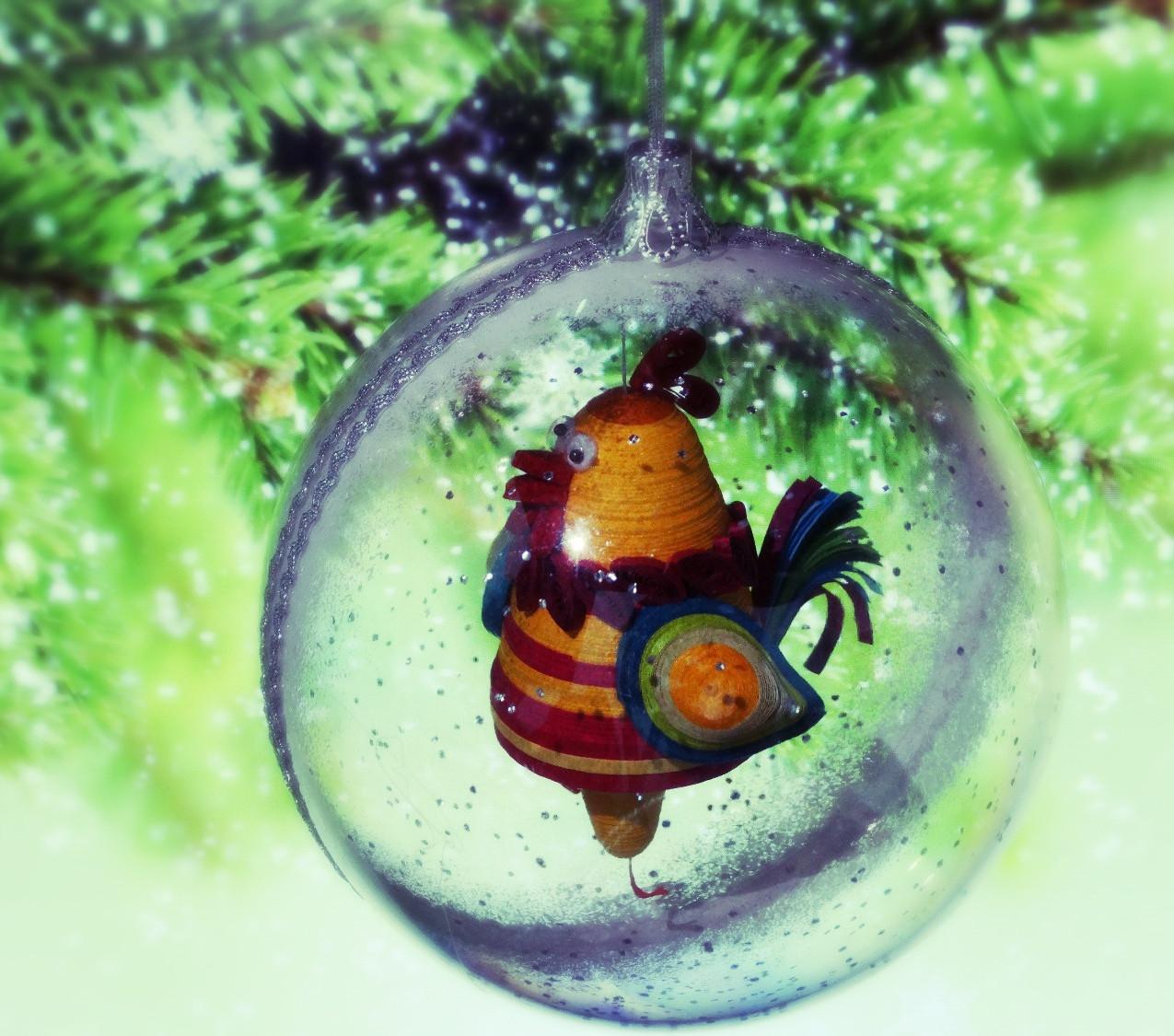 Квиллинг миниатюра. Символ 2017. Ёлочное украшение - шар. Петух в шаре.