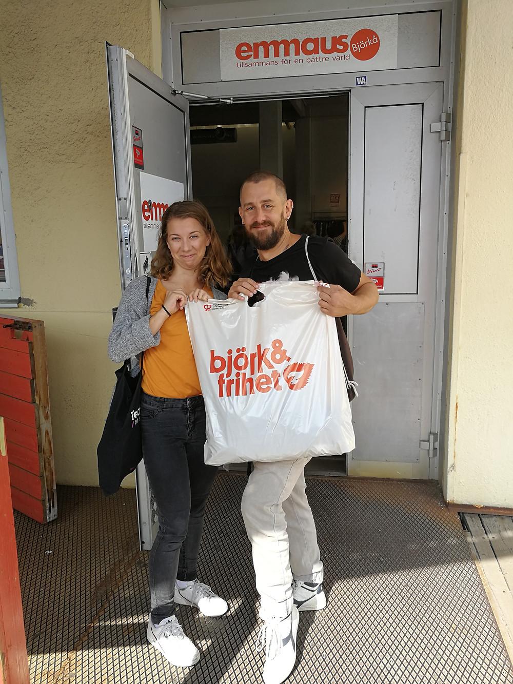 Nilla Björkman och Sebastian Ruiz utanför Björk & Frihet som er vår samarbetspartner. Foto: Jennifer Karlsson