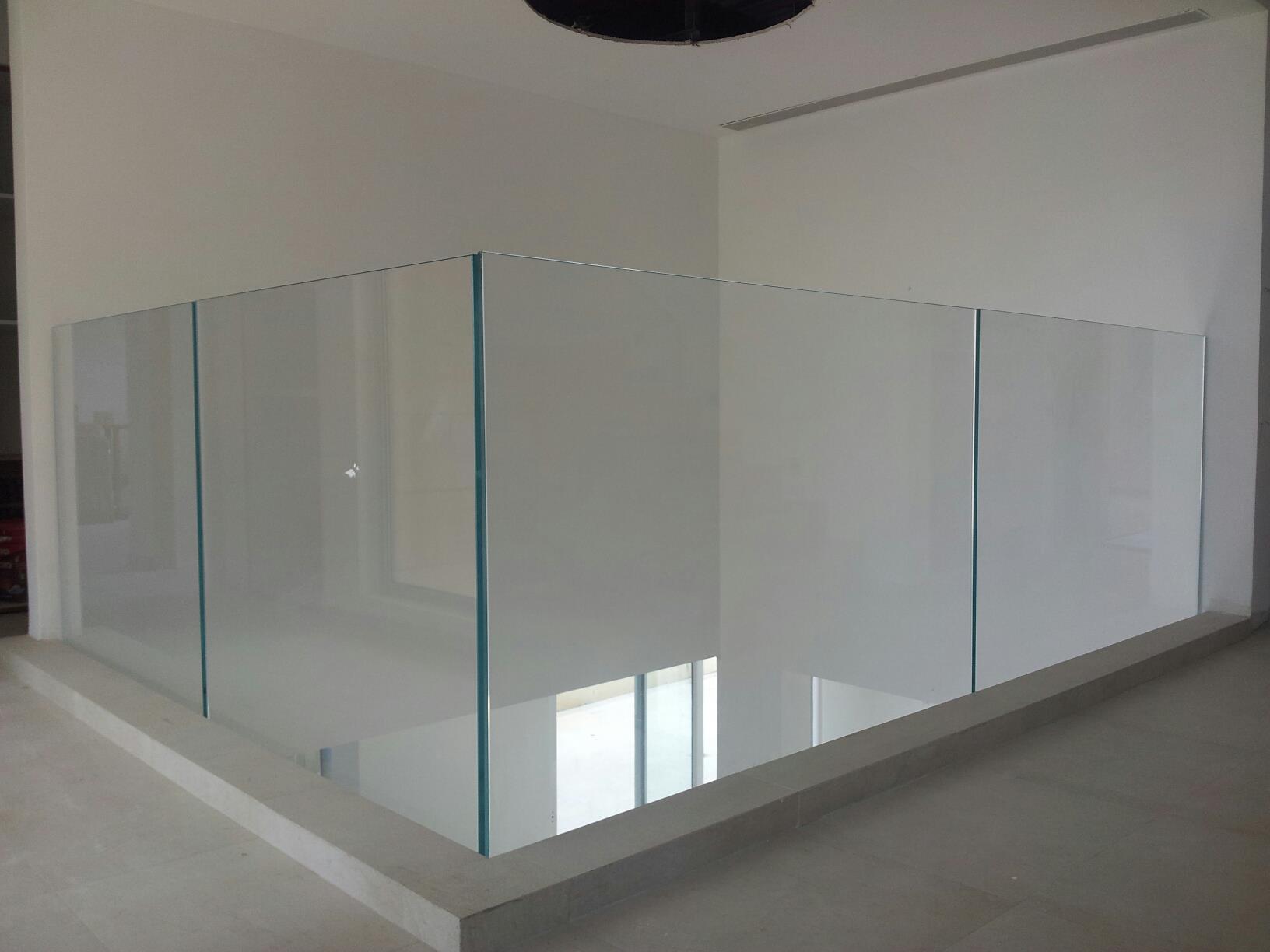 מעקות מזכוכית